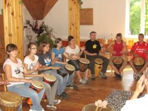 warsztaty bębniarskie na spotkaniu młodych